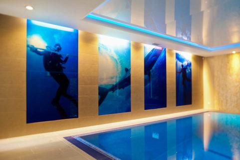 Panele szklane z tajemniczą grafiką - basen