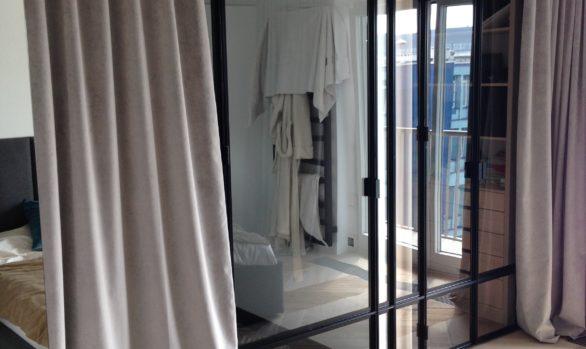 Przeszklona zabudowa stalowa - szkło hartowane