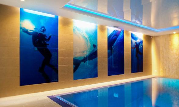 Panele szklane z grafiką - tajemniczy basen.